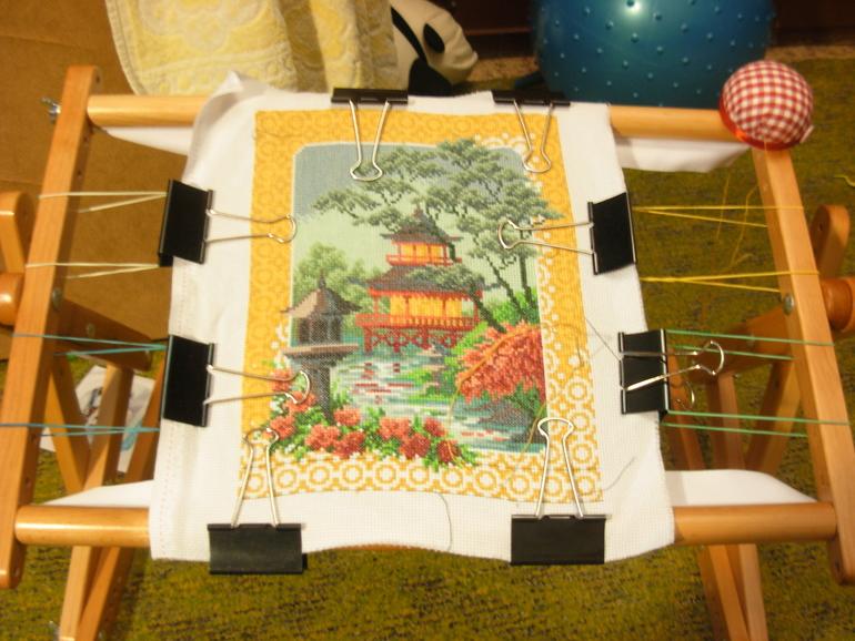 Как закрепить полотно для вышивки в станке 14
