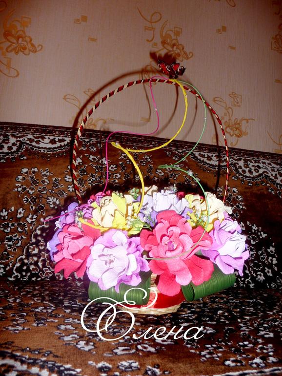 Корзиночка с розами, внутри которых конфетки Эсферо.