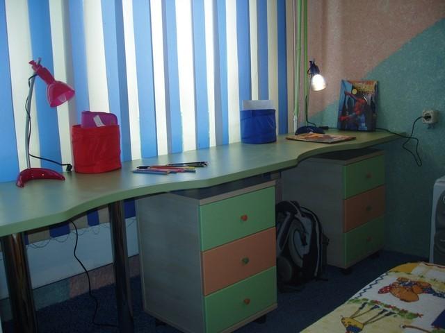 письменный стол для двоих детей вдоль окна своими руками
