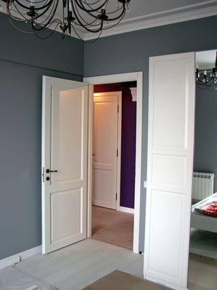 Обои под светлый пол и светлые двери в интерьере