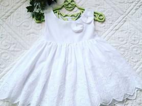 Маленькое белое платье для девочки.