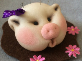Символ 2019 года. Свинка - игольница.