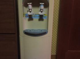 Кулер для воды б/у в рабочем состоянии два краника горячая и холодная серый бежевый