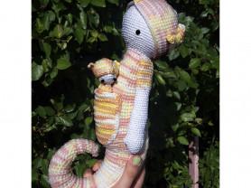 Вязаная игрушка Морской конек с малышом.
