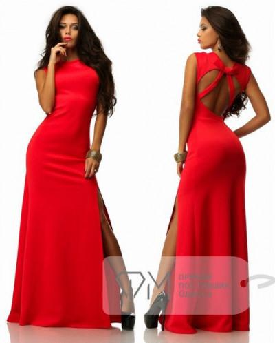 Красное платье с разрезом на спине