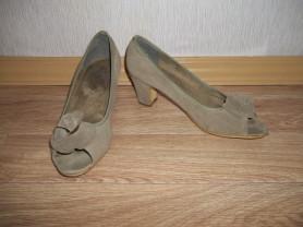 Туфли с открытым мысом и цветком.