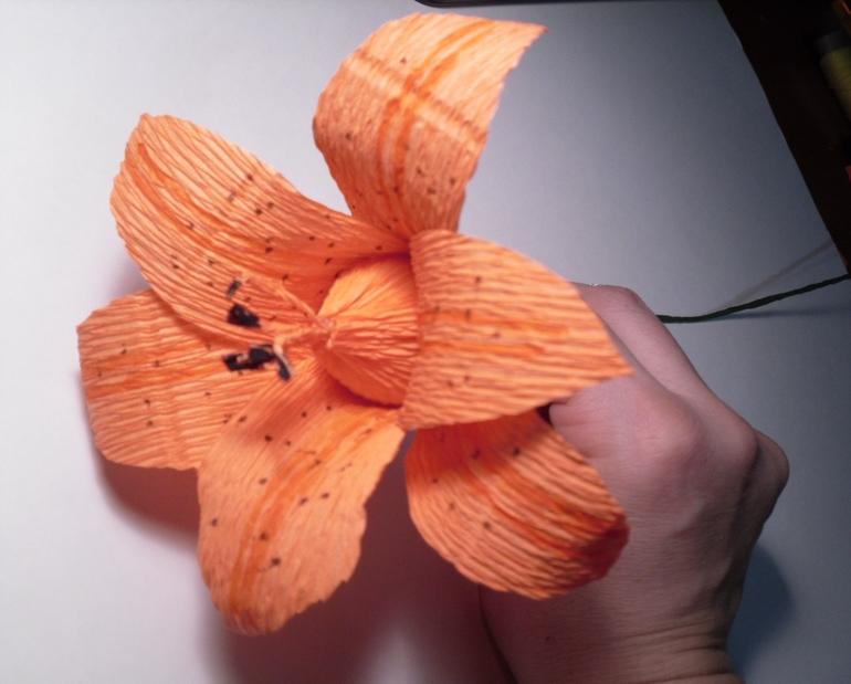Лилии из бумаги из гофрированной бумаги с конфетами