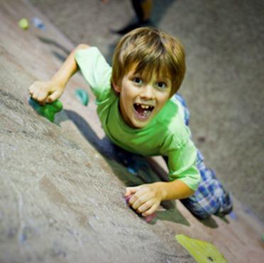 Лучший вид спорта для детей - скалолазание!