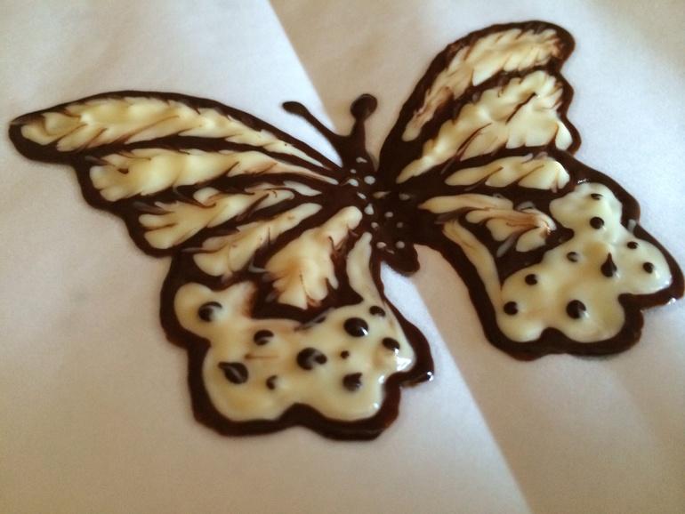 Как сделать шоколадных бабочек на украшение торта
