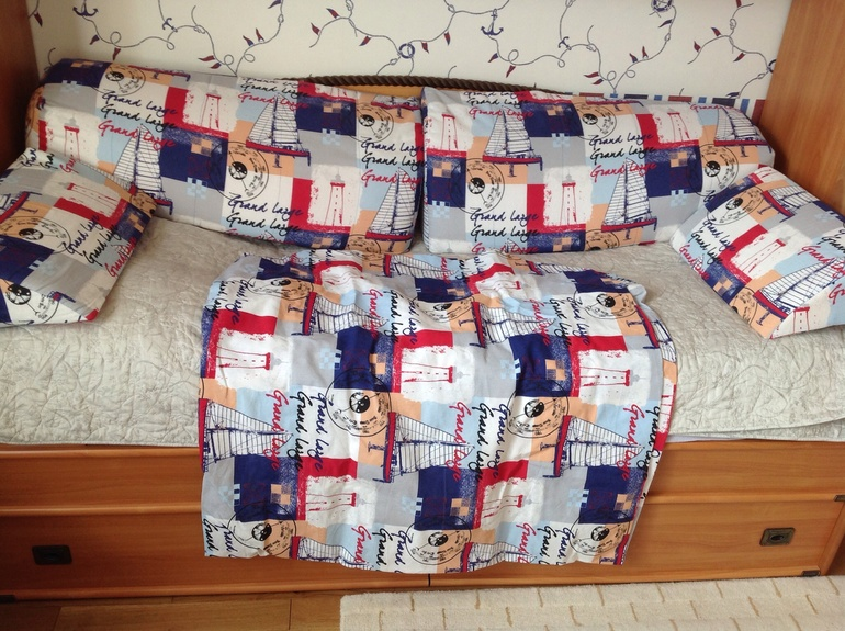 Подушки и покрывало в морском стиле
