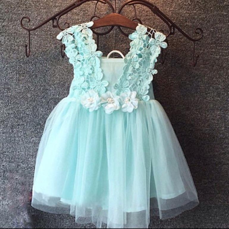 Красивое детское платье из кружева