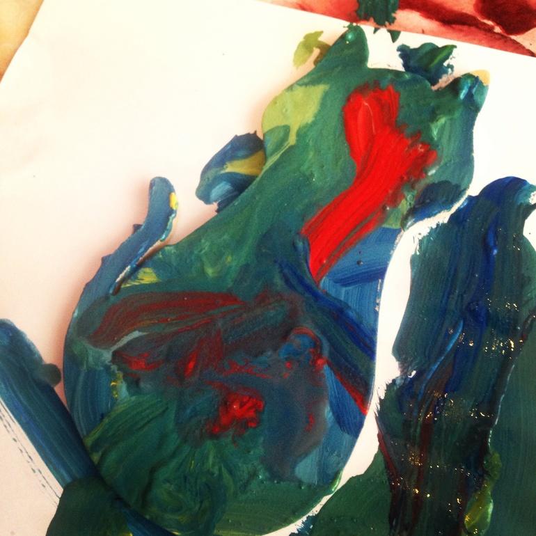 Дети любят рисовать.