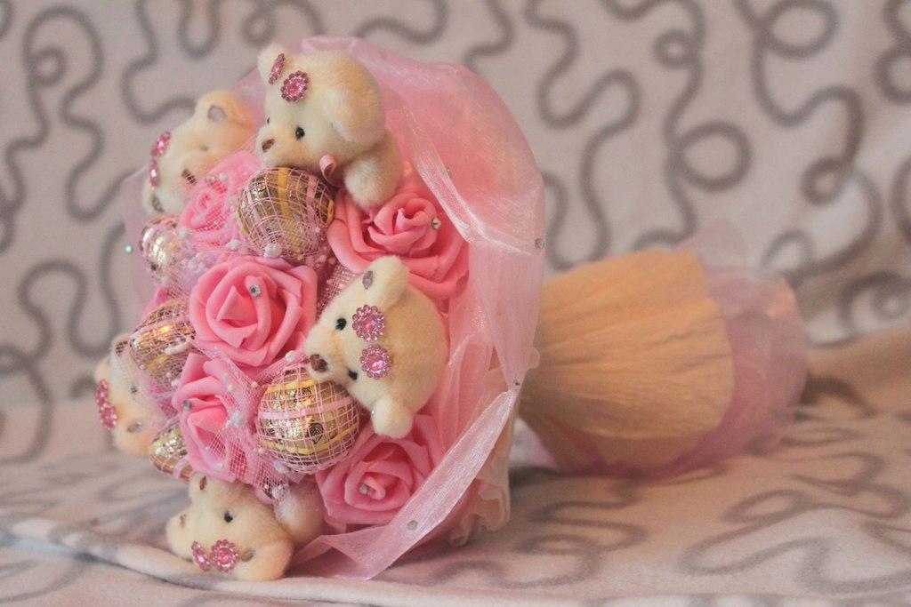 Как делают букеты из игрушек в китае, подружек невесты фрезии