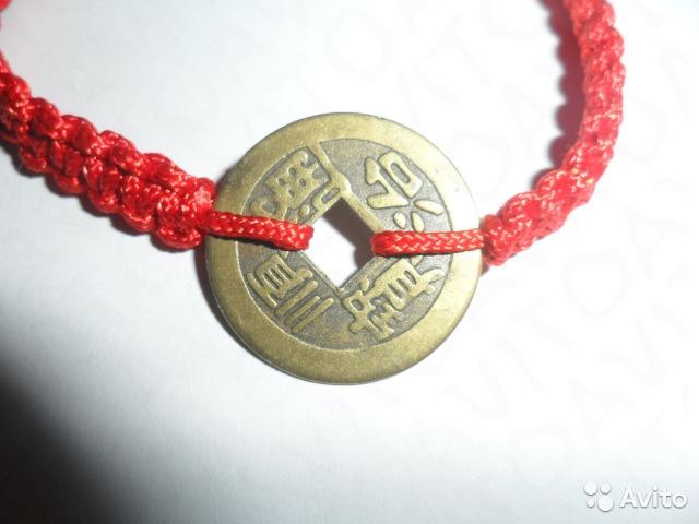 Красная нить с монетой