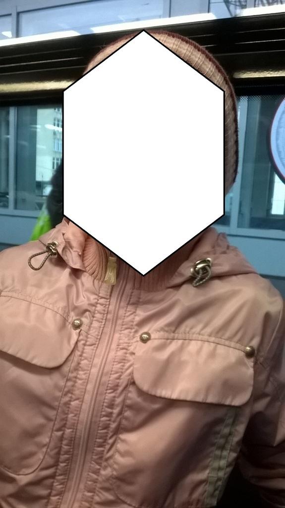 Демисезонная куртка + шапка и шарф.