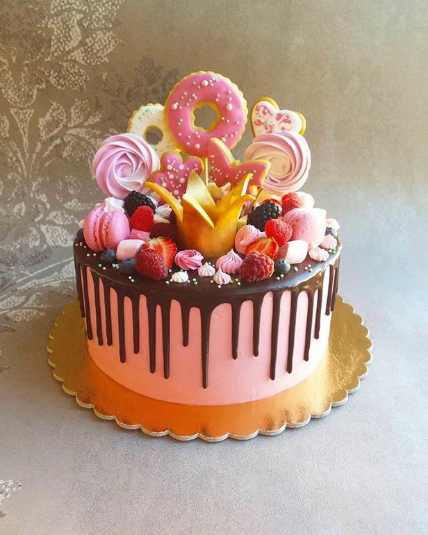 Торт украшен безе и фруктами