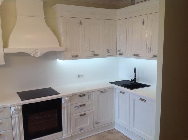 мойка белой фото на черная кухне