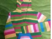 Яркий свитер с капюшоном
