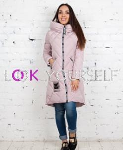Длинная куртка в ромбик с принтом на молнии и силиконовой эм