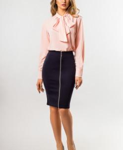 Светло-розовая блузка с галстуком
