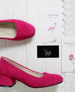Туфли из замши цвета фуксия на низком каблуке.