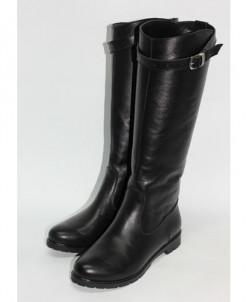 Чёрные кожаные сапоги с ремешком.