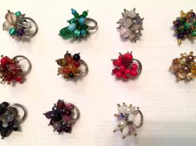 Перстни, кольца из полудрагоценных камней.