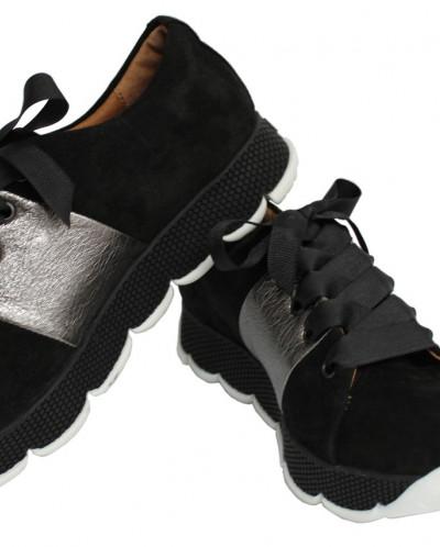 Замшевые кроссовки.