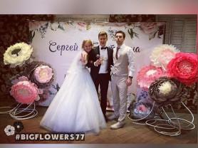 Свадебный декор ростовыми цветами: зала, фотозон,