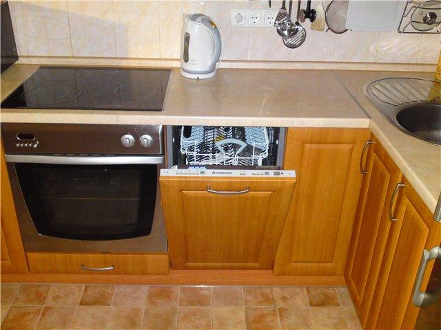 В узкой части можно хранить бытовую мелочь, посуду, вилки-ложки и разную кухонную утварь.