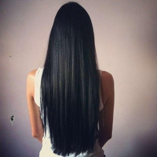 брюнетка с длинными волосами со спины