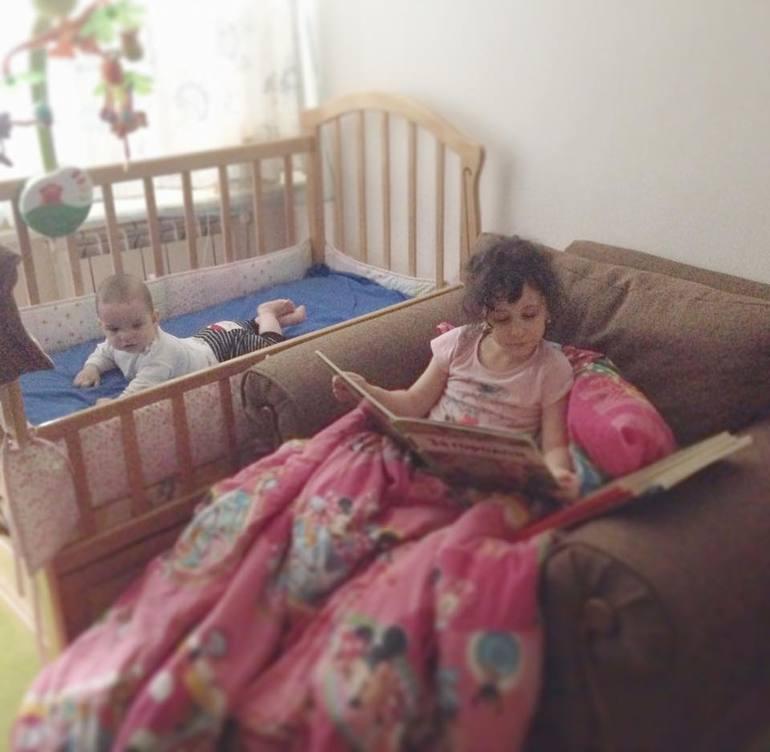 фото подсматриваю за сестрой в спальни