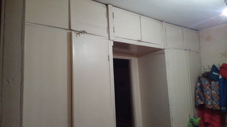 Реставрация встроенного шкафа в прихожей